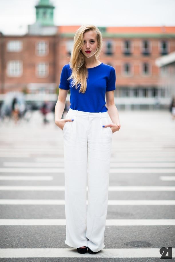 COBALT-AND-WHITE-STREET-STYLE-Le-21eme-Adam-Katz-Sinding-Sarah-Mikaela-Copenhagen-Fashion-Week-Spring-Summer-SS-2013-BLUE-T-SHIRT-TEE-HIGH-WAIST-WHITE-PANTS-TROUSERS