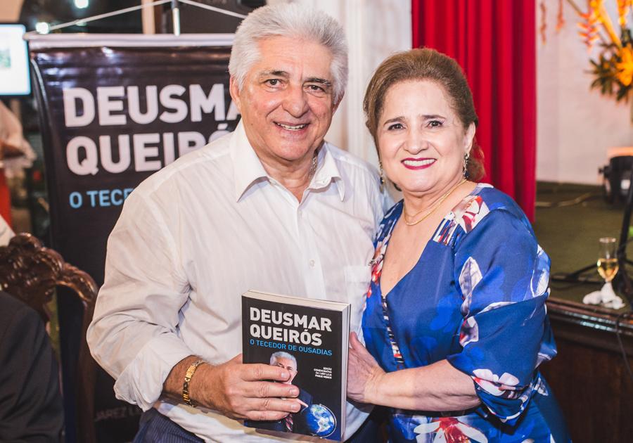 Em noite de autógrafos no Ideal Clube, Deusmar Queirós lança biografia em parceria com Juarez Leitão