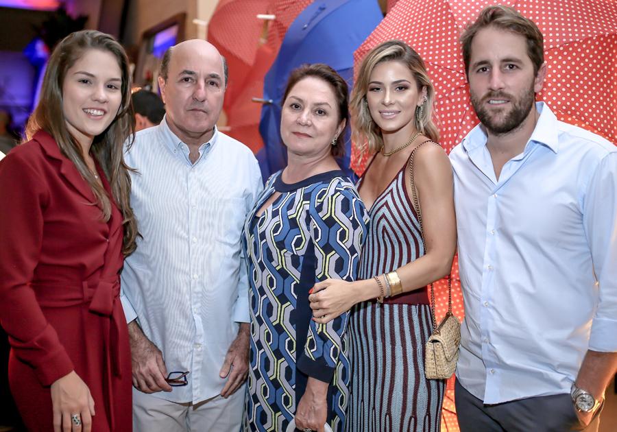 Bruna Waleska comemora sucesso de desfile da Rouge na Sierra Móveis