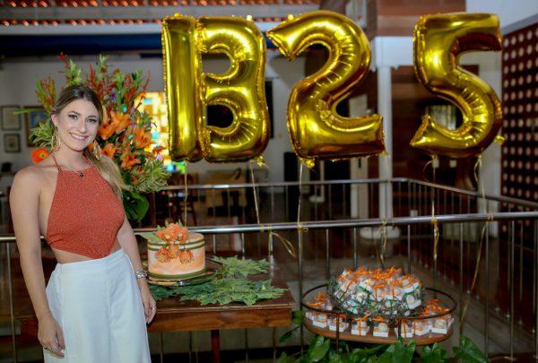 Bruna Magalhães celebra 25 anos rodeada de amigos e da família
